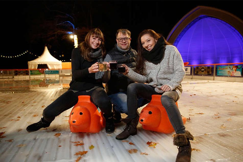 Tapfer: Eisbahn-Chef Stefan Hermann (46)  stieß am Donnerstag mit Annegret Föllner (31, r.) und Suela Thom (28, l.) auf die  offizielle Eröffnung an.