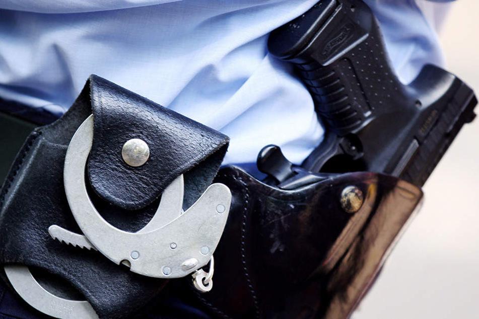Die Waffe sollte das letzte Mittel eines Polizisten sein, einen Flüchtigen zu stoppen. (Symbolbild)