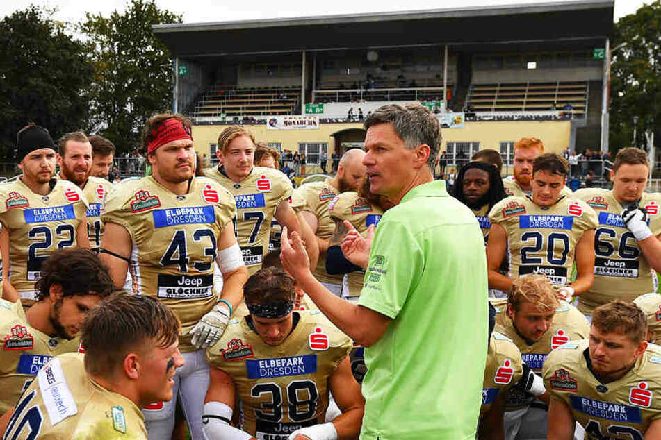 Coach Ulrich Däuber (M.) warnt seine Monarchs von der Offensiv-Power der Allgäu Comets.