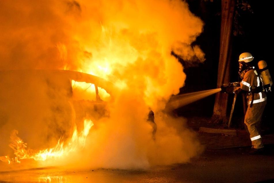 Das Auto wurde durch das Feuer stark beschädigt (Archivbild).