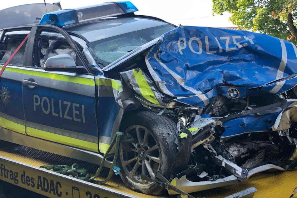 Nissan-Fahrer kracht frontal in Polizeiauto: Drei Menschen bei Unfall verletzt