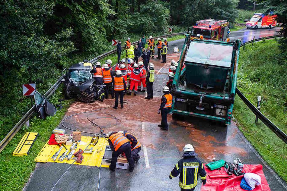 Müllwagen und Auto krachen ineinander: Eine Person eingeklemmt!