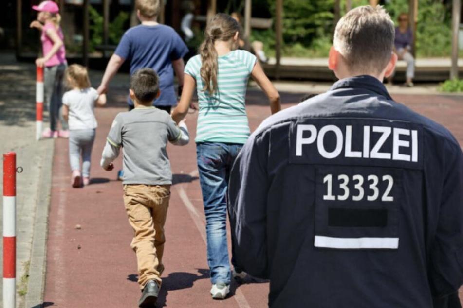 Die Polizei wird ihre Präsenz vor der Grundschule verstärken, versprach ein Sprecher. (Symbolbild)