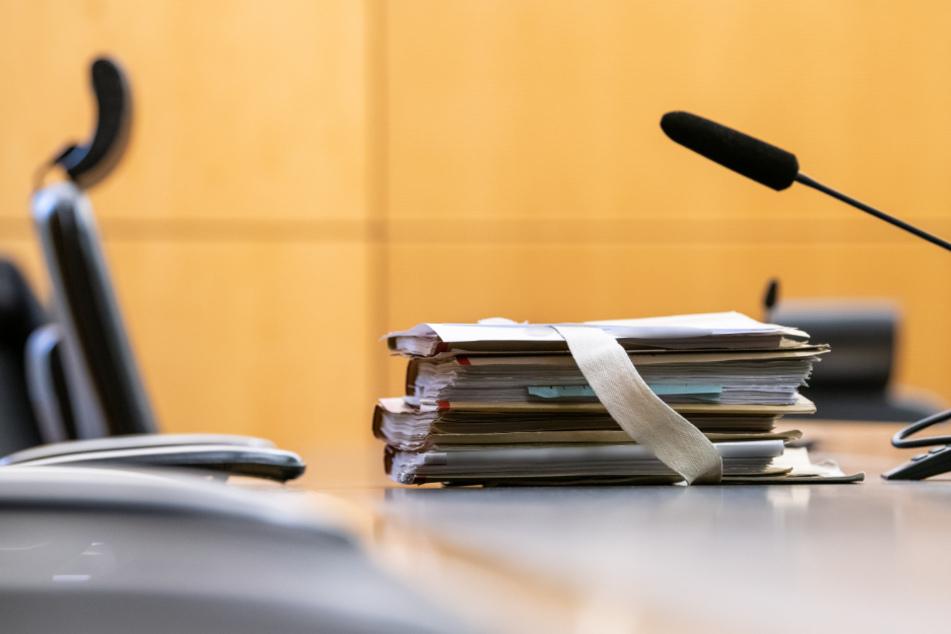 Betonplatten und Holzstämme auf Bahngleise gelegt: Haftstrafen für Trio