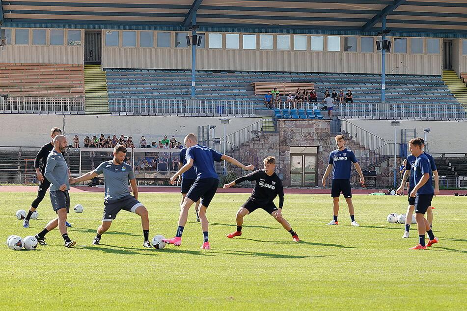 Jeder Mann zählt: CFC-Trainer Daniel Berlinski (35, 3. v. l.) trainiert derzeit selbst mit.
