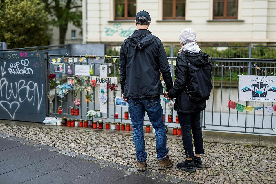 Ein Geländer als Ort des Gedenkens: Jede Woche kommen Maria W. (53) und Matthias M. (55) zur Unfallstelle, treffen sich dort auch mit Freunden ihres tödlich verunglückten Sohnes.