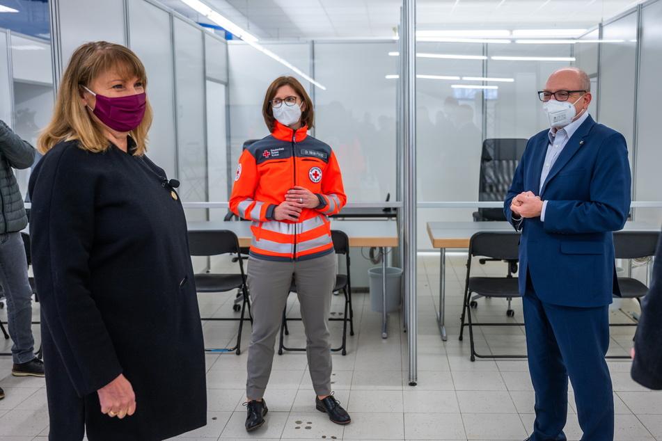 Die sächsische Gesundheitsministerin Petra Köpping (62, SPD, l.) besuchte am Freitag das Chemnitzer Impfzentrum in einer ehemaligen Netto-Filiale.