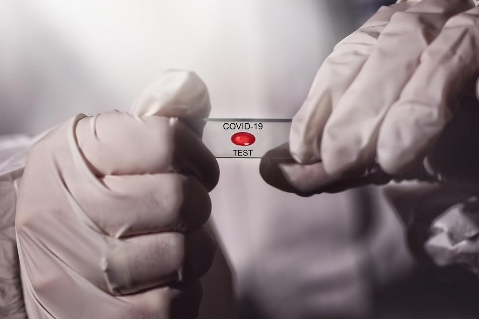 Eine Expertin empfiehlt, bei neurologischer Symptomatik vorsichtshalber auf das Coronavirus testen zu lassen. (Symbolbild)