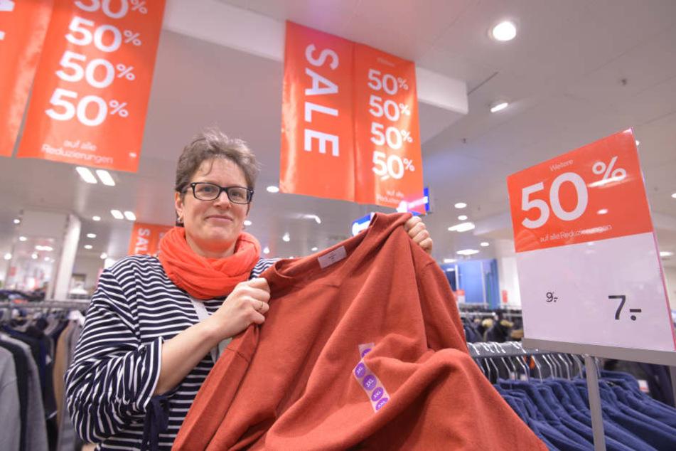 In der Galerie Roter Turm lockt C&A-Verkäuferin Anja Günther (47) mit Pullis für sieben statt neun Euro.