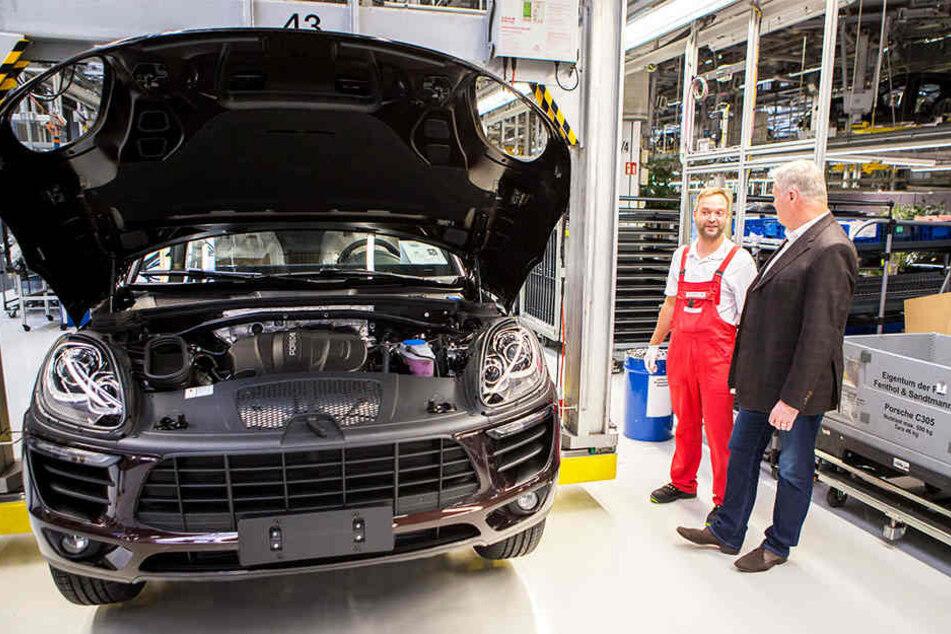 Siegfried Bülow im Gespräch mit einem Porsche-Mitarbeiter in der Endmontage.