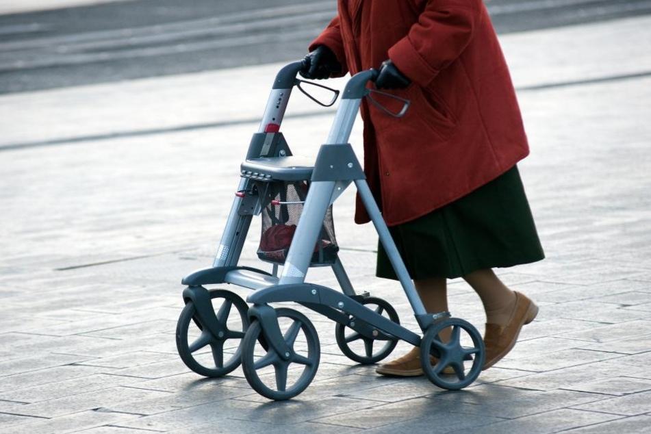 Mopedfahrer fährt Seniorin tot und haut ab