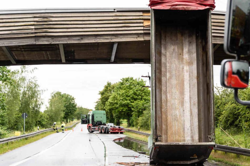 Die Mulde steckte zwischen Fahrbahn und Brücke fest, es entstand ein Sachschaden von rund 800.000 Euro.