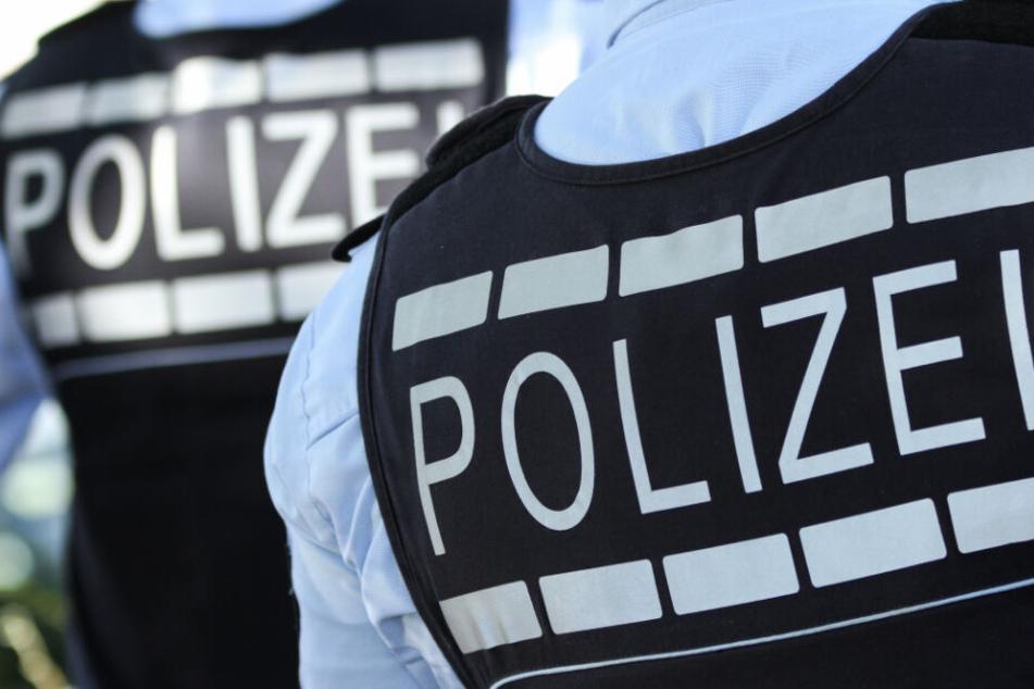 Die Polizisten hatten Mühe, den Mann unter Kotrolle zu bringen. (Symbolbild)