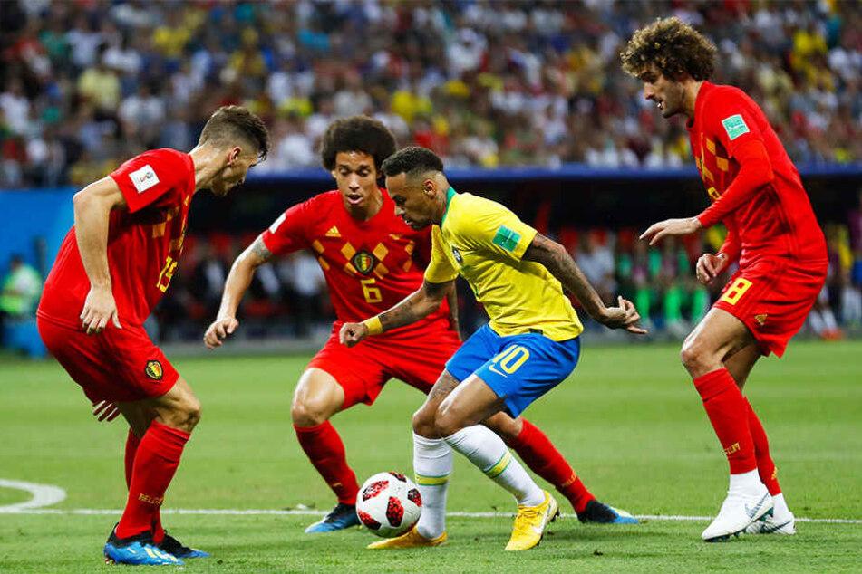 Umzingelt: Gegen Thomas Meunier (l.), Axel Witsel (hinten) und Marouane Fellaini (r.) kam Brasiliens Superstar Neymar (Mitte) nicht durch.