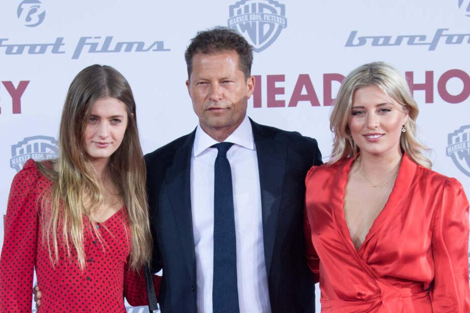 Til Schweiger posiert mit seinen Töchtern Lilli (links) und Luna bei einer Filmpremiere.