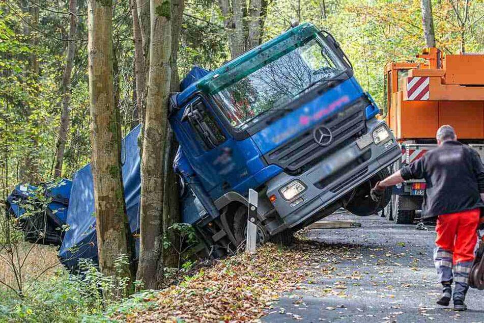Laster verunglückt: Landstraße stundenlang gesperrt