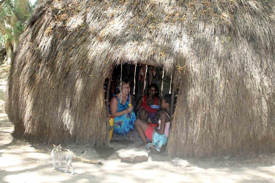 Nur wenige Touristen lernen die einfachen Strohhütten von innen kennen. Die  Försters schon.