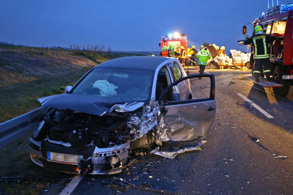 Der VW Golf wurde bei dem Unfall gegen die Leitplanke geschleudert.