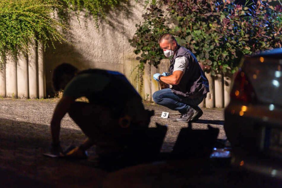 Polizei und SEK suchten vor der dem Flüchtlingsheim nach Spuren.