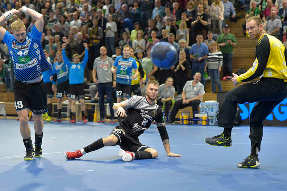 Nils Kretschmer erzielte gegen Nordhorn-Lingen fünf Tore. Hier scheitert er aber an HSG-Keeper Bart Ravensbergen.
