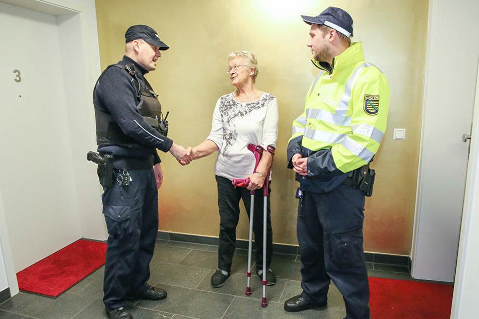 Die beklaute Rentnerin Toni Böttger (77) bedankte sich bei den Polizeiobermeistern Michael Bring (43, l.) und Jens Witschel (32).