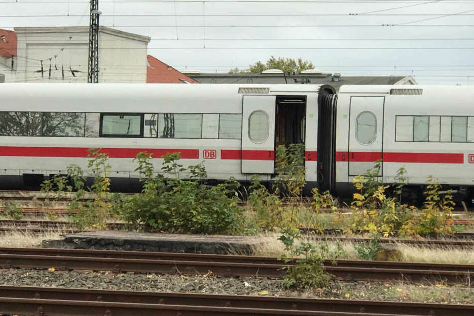 Der voll besetzte ICE wurde am Bahnhof evakuiert.