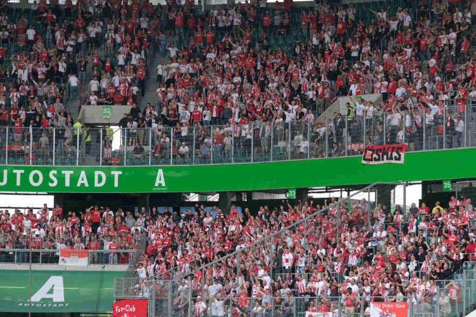 Nicht alle waren friedlich: Während der Bundesligapartie zwischen Wolfsburg und Köln gab es einen Polizeieinsatz im Gästeblock.