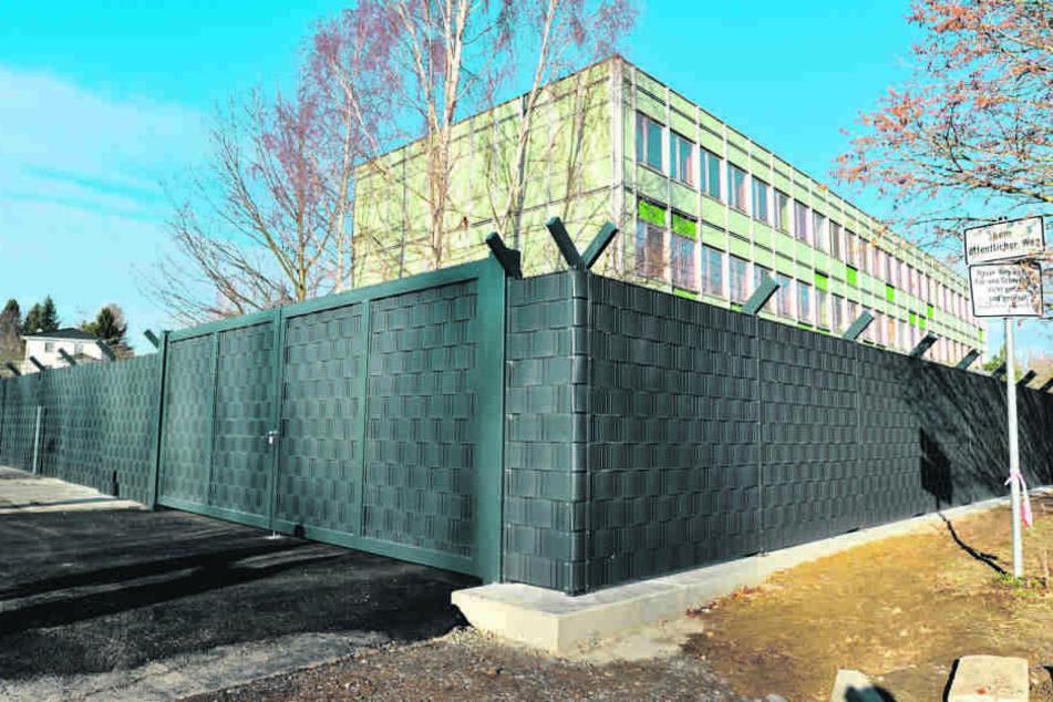 Dieser massive Zaun wirft in Adelsberg viele Fragen auf.