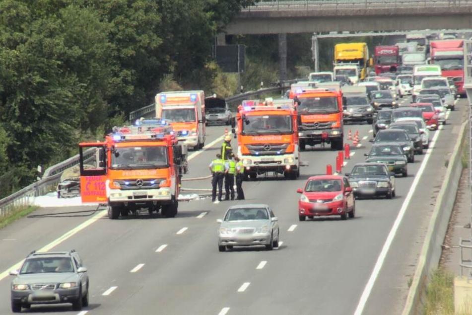 Zunächst wurde die A3 komplett in Richtung Köln gesperrt, wenig später wurde der Verkehr auf einer der drei Spuren am Brandauto vorbeigeleitet.
