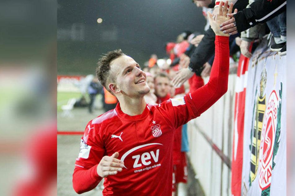 Erstes Spiel, erster Sieg: Fabian Schnabel konnte gleich mit den Fans abklatschen.