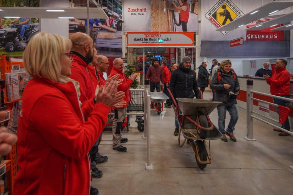 Hereinspaziert: Die 105 Mitarbeiter (davon 95 Neueinstellungen) begrüßten die ersten Kunden in der Dresdner Filiale.