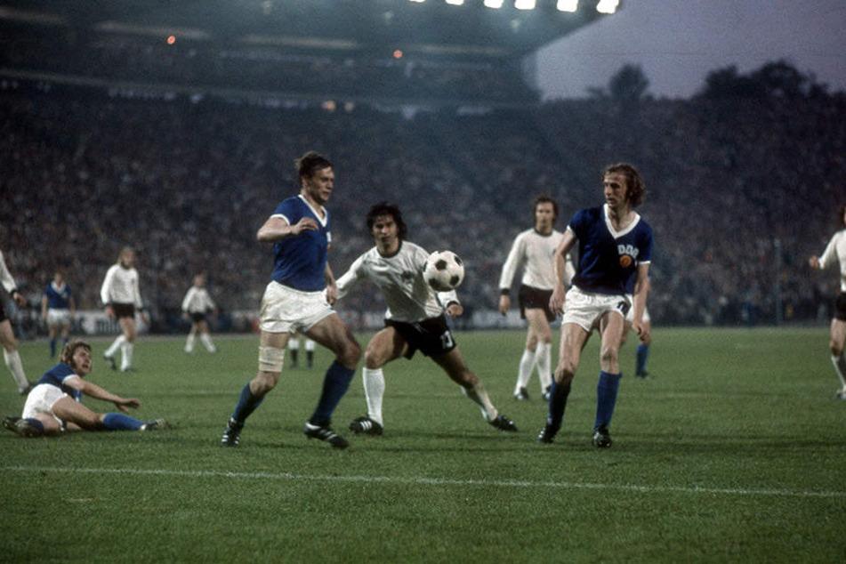 Das wohl wichtigste Spiel für Hansi Kreische (r.). Die DDR gewinnt bei der WM 1974 gegen die BRD mit 1:0. Gerd Müller (M.) kommt nicht an ihm und Bernd Bransch vorbei.