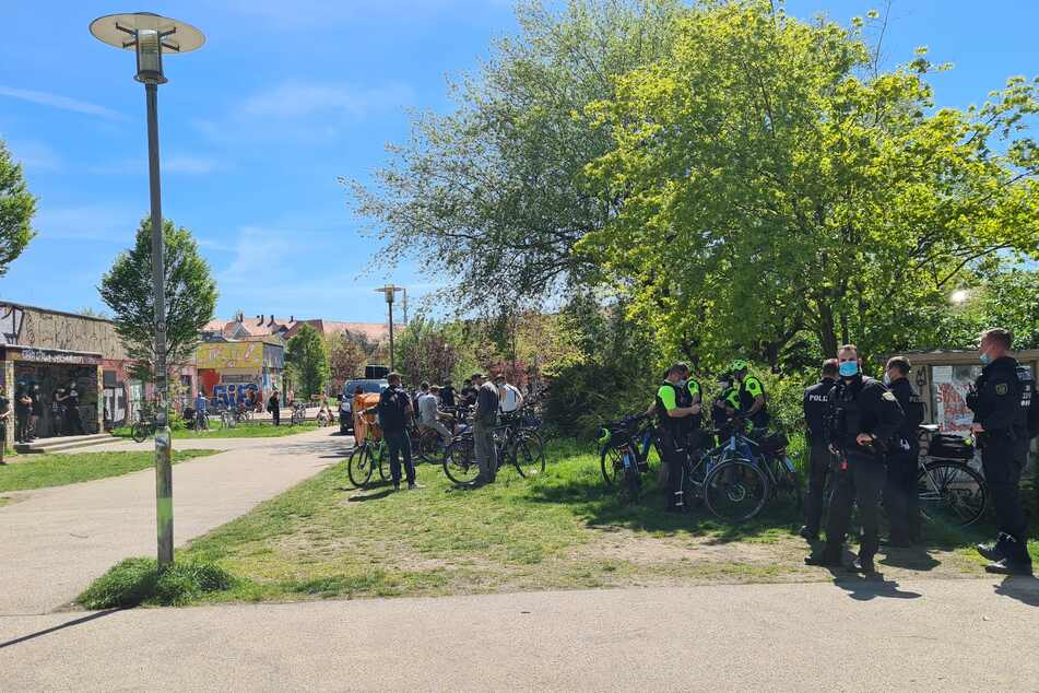 Die Polizei überwacht das Geschehen rund um die Fahrradtour.