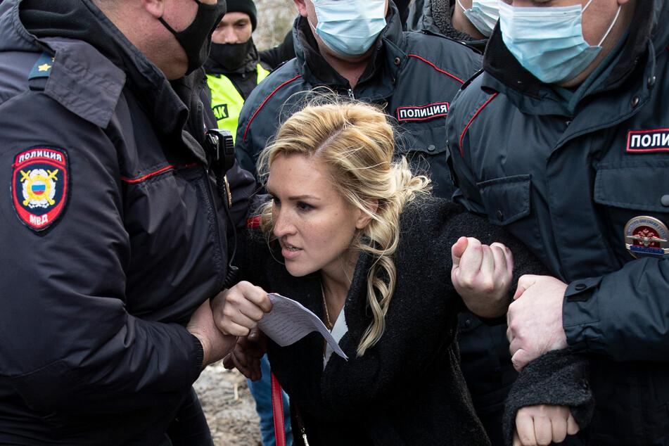 6. April 2021: Anastassija Wassiljewa, Vorsitzende der Allianz der Ärzte und Ärztin von Kremelgegner Nawalny, wird vor dem Straflagers IK-2 von Polizisten festgehalten.