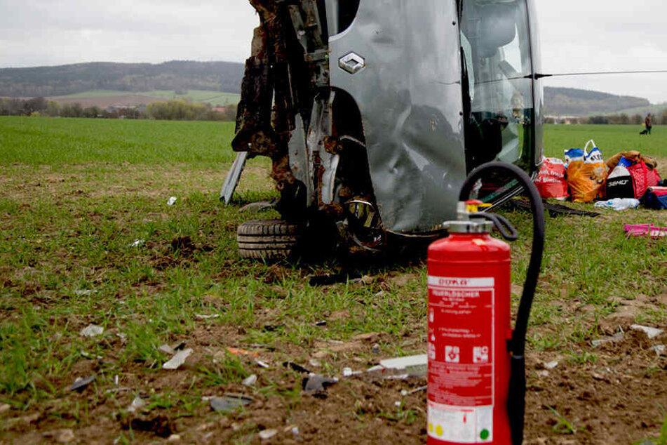 Heftiger Unfall auf A4! Renault fliegt von Fahrbahn: Fahrer schwer verletzt