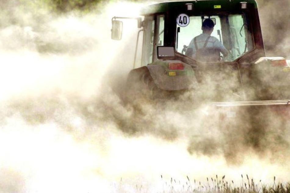 Ein Bauer auf seinem Traktor. Der Streit zwischen den beiden Streitenden soll schon länger anhalten. (Symbolbild)