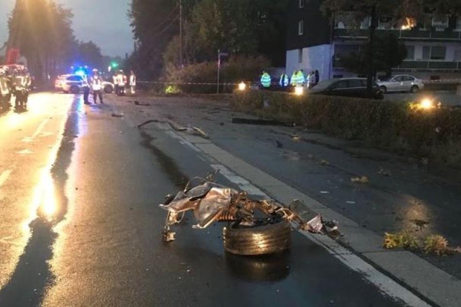 Ein Teil des Autos lag nach dem Unfall auf der Straße.