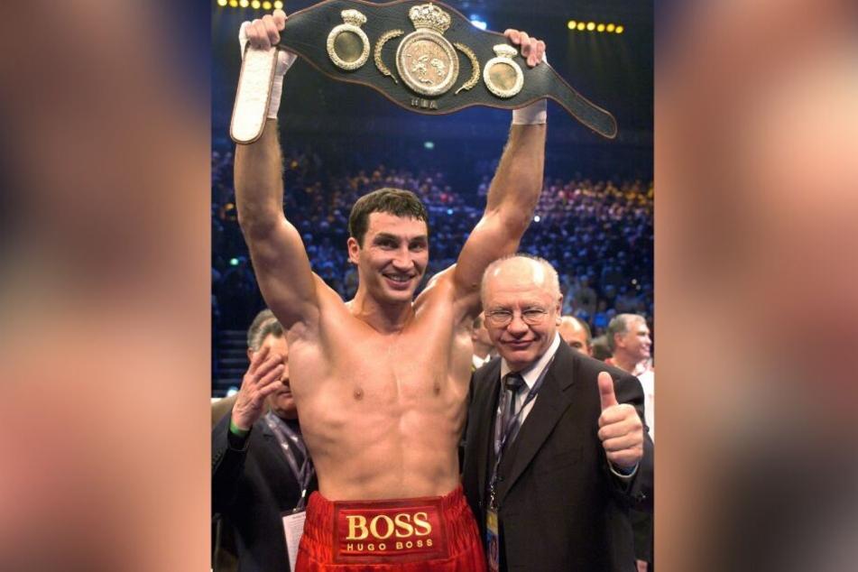 Der ukrainische Boxer jubelt mit seinem Box-Promoter Klaus-Peter Kohl im Ring. (Archivbild)