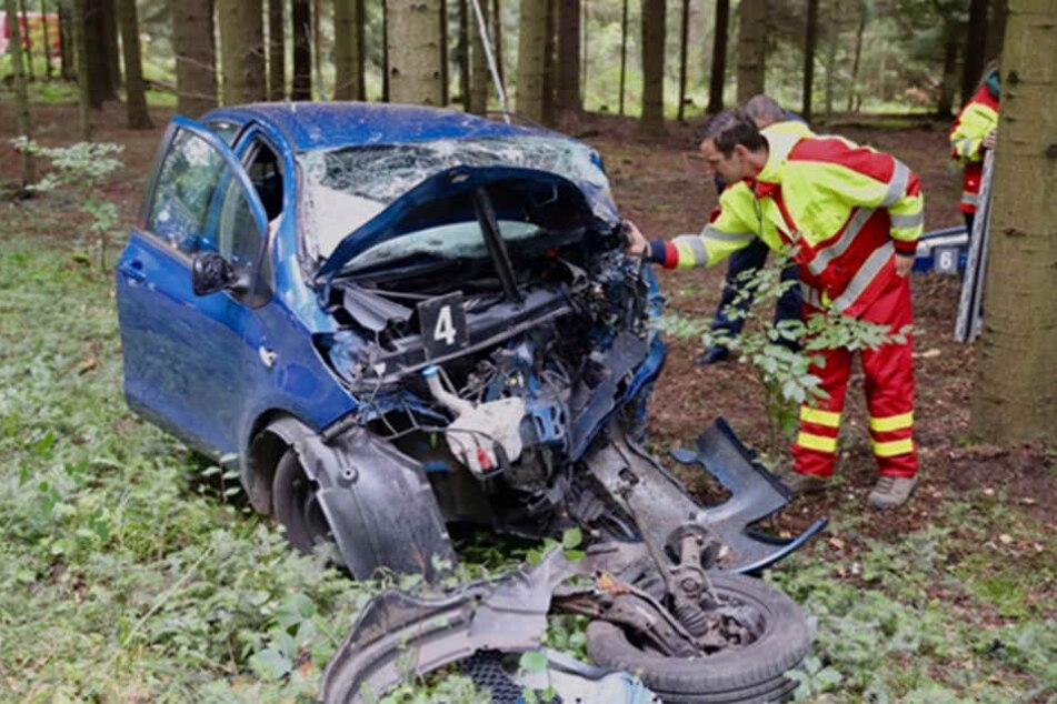 Der Fahrer eines Toyota Yaris krachte frontal in einen Baum.