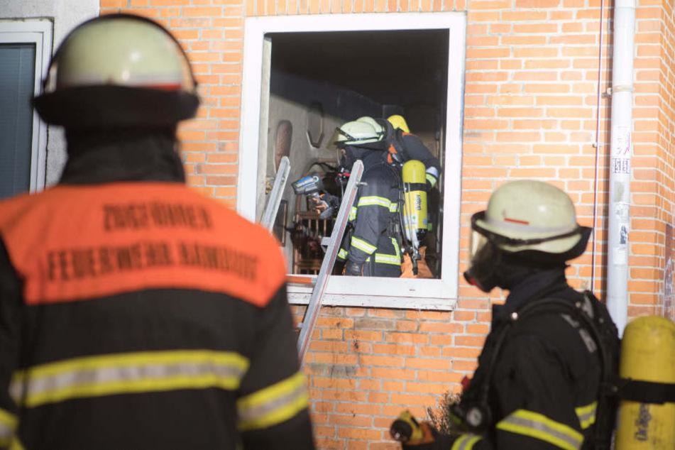 Die Feuer fand den Mann leblos vor einem Fenster liegend vor.