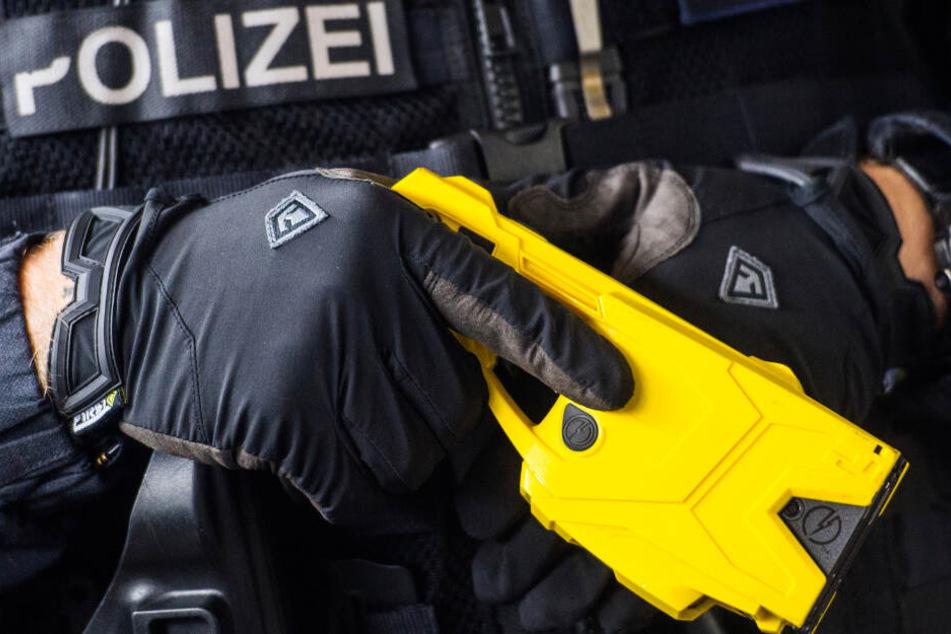 Stromstoß statt Kugel? FDP will Hamburger Polizei elektrisieren