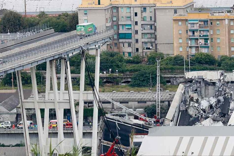 Ein Laster steht kurz vor der Lücke in der Brücke.