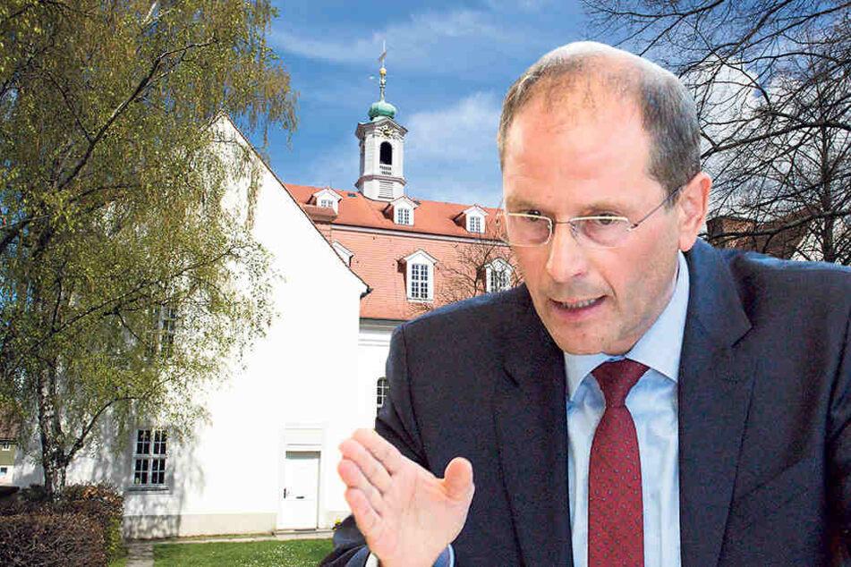 Trotz Kirchenasyl: Innenminister Markus Ulbig (52, CDU) besteht auf der Abschiebung der Familie.
