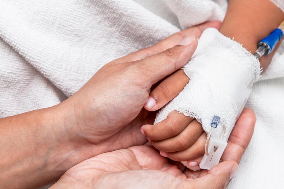 Das Kind wurde mit lebensgefährlichen Knochenbrüchen in ein Krankenhaus gebracht. (Symbolbild)