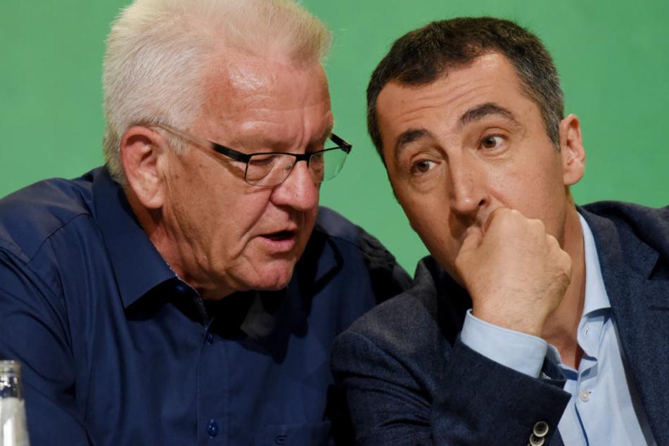 """Ob Cem Özdemir (rechts) Nachfolger von Winfried Kretschmann (links) wird? Für Kretschmann """"durchaus vorstellbar""""."""
