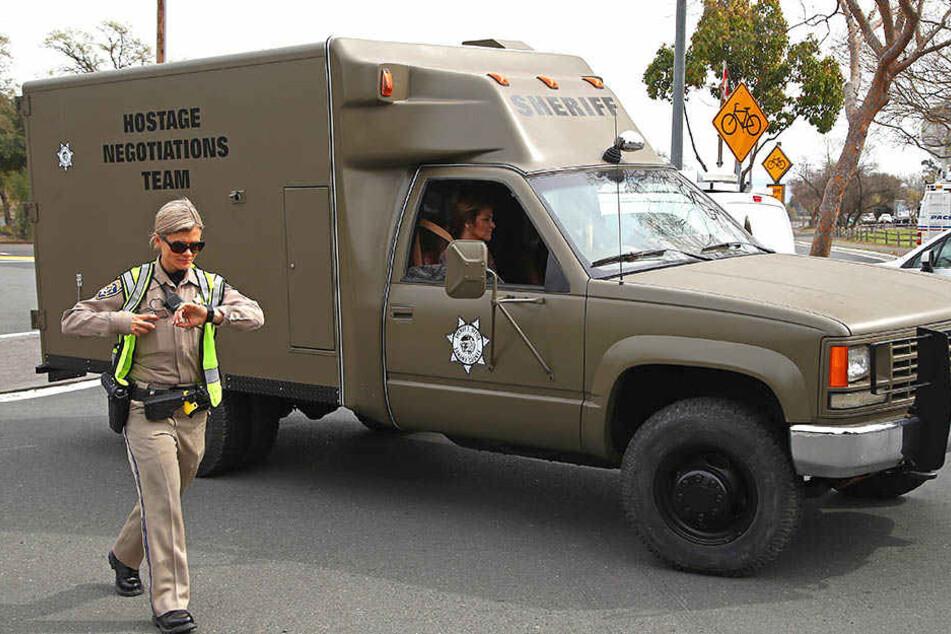 Zum Tatort wurde extra ein Geisel-Befreiungsfahrzeug samt Team beordert.