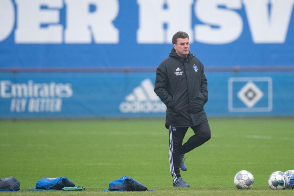 HSV-Trainer Dieter Hecking steht auf dem Trainingsplatz.