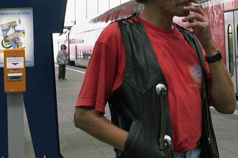 Seit Jahren darf man nicht mehr an Bahnhöfen qualmen. Bei Verstößen droht ein Bußgeld. (Symbolbild).