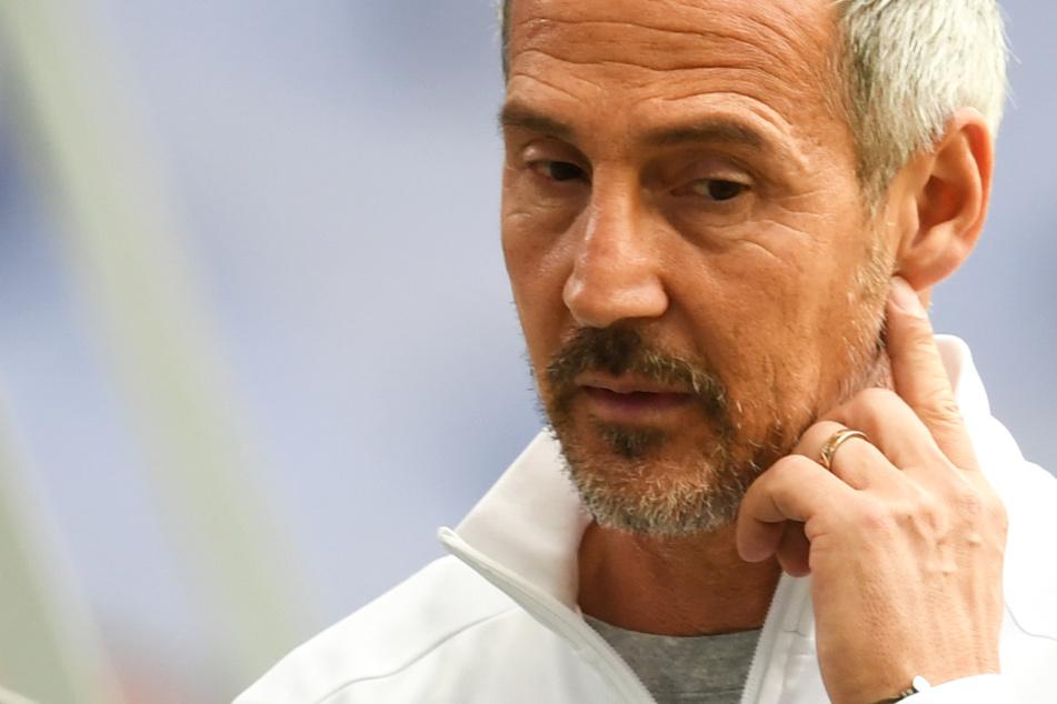 Das Foto zeigt Frankfurts Cheftrainer Adi Hütter vor dem Spiel gegen Schalke 04.