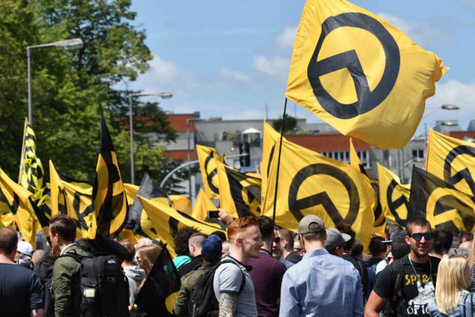 "Rechte ""Identitäre Bewegung"" marschiert durch Halle, Hunderte stellen sich dagegen"